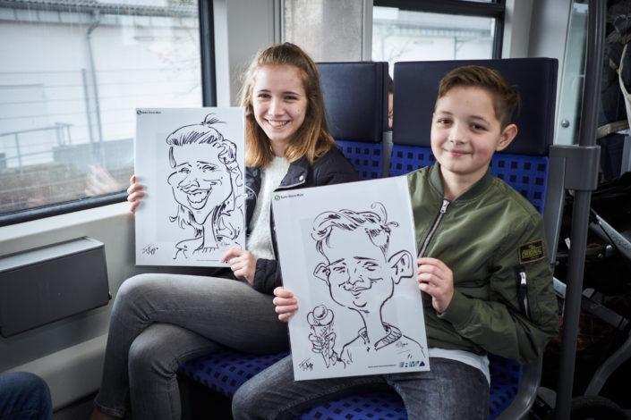 Schnellzeichner Filippo zeichnet auf der S-Bahn Karikaturen von den Fahrgästen im Auftrag vom RMV